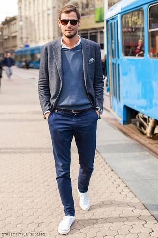 Look de moda: Pantalón chino azul marino, Camisa de manga larga blanca, Jersey de pico azul, Blazer de lana gris