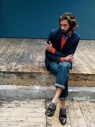 Outfits hombres en otoño 2020: Emparejar un blazer azul marino junto a unos vaqueros azules es una opción inmejorable para un día en la oficina. ¿Te sientes valiente? Complementa tu atuendo con zapatos brogue de cuero negros. Este look es una solución espectacular si tu buscas un look otoñal.
