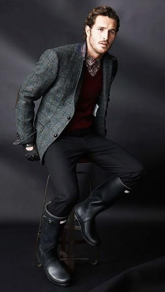 Combinar un blazer de lana a cuadros en gris oscuro: Emparejar un blazer de lana a cuadros en gris oscuro con un pantalón chino negro es una opción excelente para un día en la oficina. Botas de lluvia negras son una opción inigualable para complementar tu atuendo.
