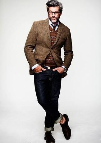 Look de moda: Vaqueros azul marino, Camisa de manga larga blanca, Jersey de pico de grecas alpinos marrón, Blazer de lana marrón