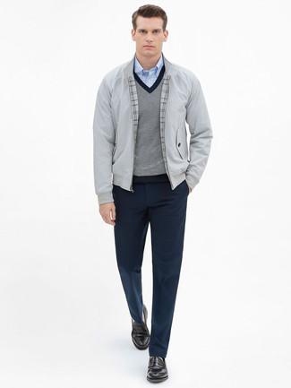 Cómo combinar: pantalón de vestir azul marino, camisa de manga larga de cuadro vichy celeste, jersey de pico gris, cazadora harrington gris