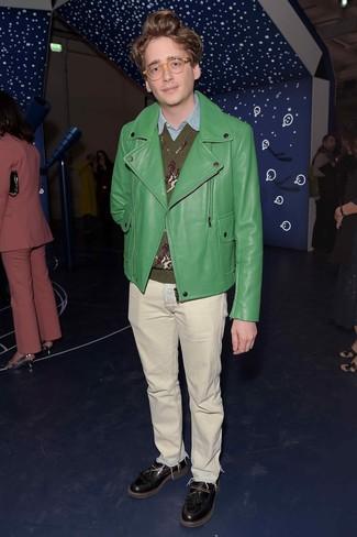 Cómo combinar: vaqueros en beige, camisa de manga larga de cambray celeste, jersey de pico estampado verde oliva, chaqueta motera de cuero verde