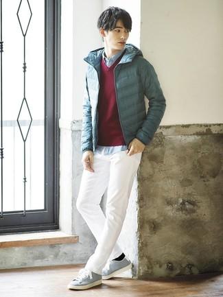 Cómo combinar: pantalón chino blanco, camisa de manga larga de cambray celeste, jersey de pico burdeos, plumífero en verde azulado
