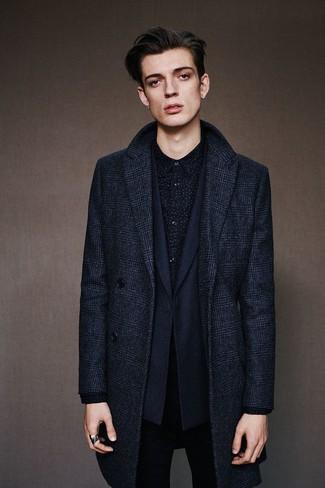 Cómo combinar: vaqueros pitillo negros, camisa de manga larga estampada negra, blazer azul marino, abrigo largo de tartán azul marino