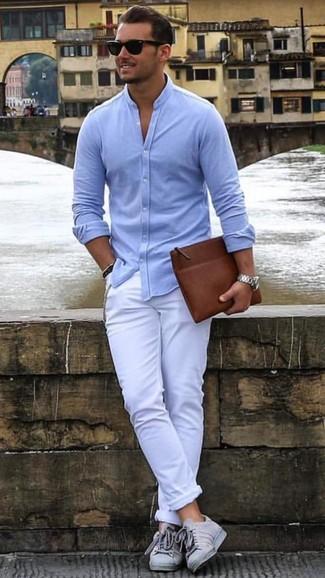 Una camisa de manga larga celeste y un pantalón chino blanco son prendas que debes tener en tu armario. Tenis grises contrastarán muy bien con el resto del conjunto.