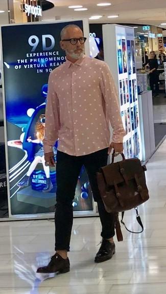 Cómo combinar: camisa de manga larga a lunares rosada, pantalón chino negro, zapatos derby de cuero en marrón oscuro, portafolio de cuero en marrón oscuro