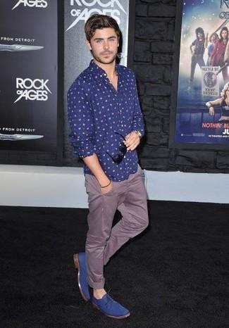 Cómo combinar: camisa de manga larga con print de flores azul marino, pantalón chino marrón, zapatos derby de ante azules, gafas de sol negras