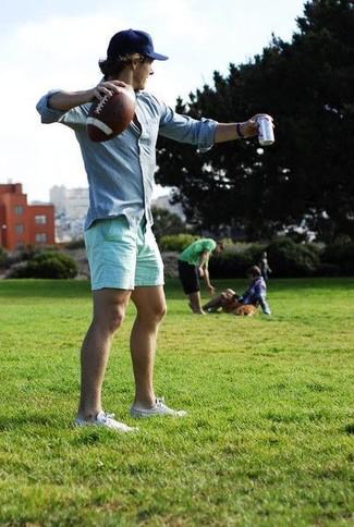 Cómo combinar: camisa de manga larga celeste, pantalones cortos en verde menta, tenis blancos, gorra de béisbol azul marino