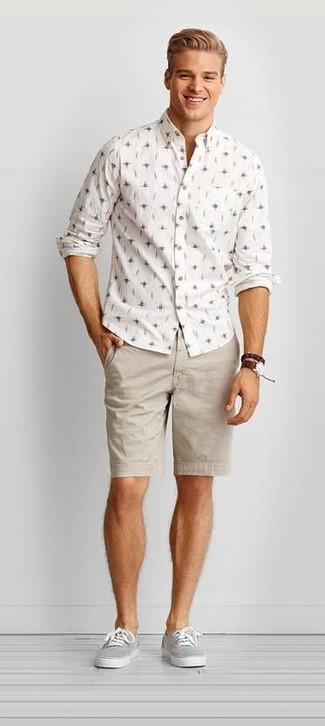 Cómo combinar: camisa de manga larga estampada blanca, pantalones cortos en beige, tenis de lona grises, reloj de cuero en marrón oscuro