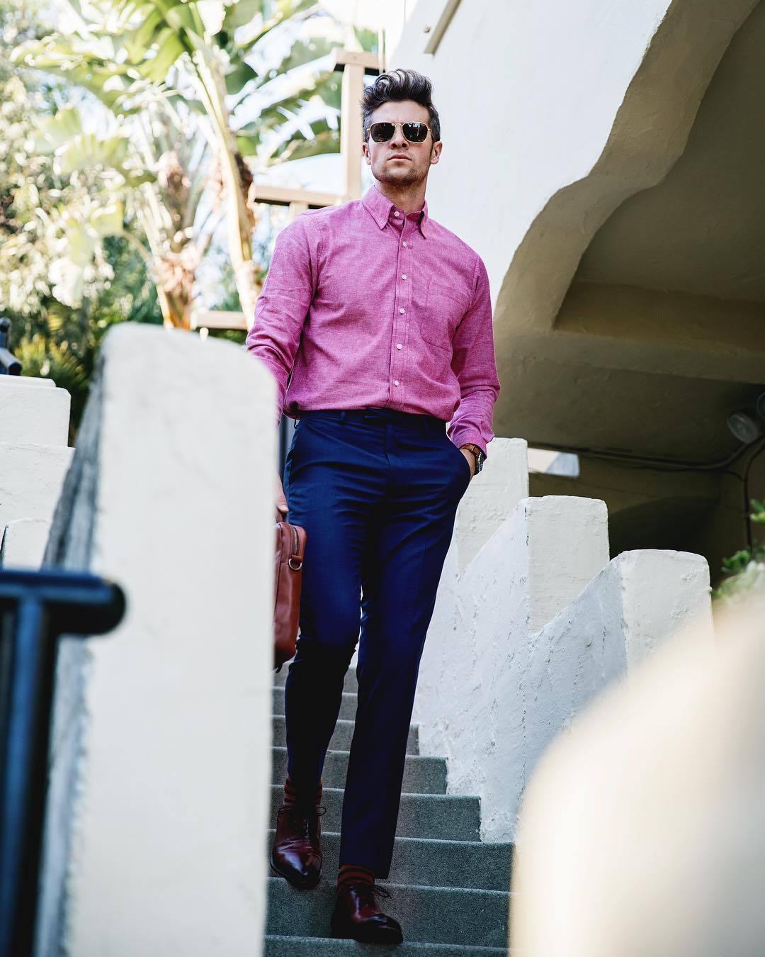 587f49d5a17a6 Cómo combinar una camisa rosa (187 looks de moda)