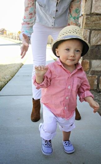 Cómo combinar: camisa de manga larga rosada, pantalones blancos, zapatillas blancas, sombrero en beige