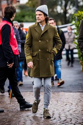 Cómo combinar: pantalón de chándal gris, camisa de manga larga blanca, sudadera gris, abrigo largo verde oliva