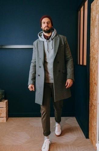 Outfits hombres en clima frío: Casa un abrigo largo gris con un pantalón chino verde oliva para el after office. Si no quieres vestir totalmente formal, elige un par de tenis blancos.