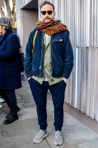 Combinar una cazadora harrington azul marino: Considera emparejar una cazadora harrington azul marino con un pantalón chino azul marino para un almuerzo en domingo con amigos. ¿Quieres elegir un zapato informal? Opta por un par de deportivas grises para el día.