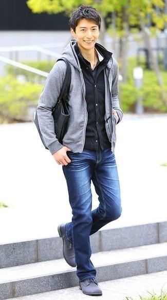 Combinar una chaqueta estilo camisa azul marino: Empareja una chaqueta estilo camisa azul marino junto a unos vaqueros azules para un look diario sin parecer demasiado arreglada. Elige un par de zapatos derby de lona grises para mostrar tu inteligencia sartorial.