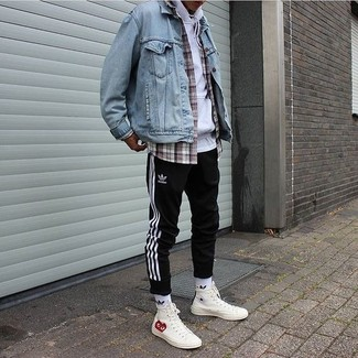 Cómo combinar: pantalón de chándal de rayas verticales en negro y blanco, camisa de manga larga de tartán gris, sudadera con capucha blanca, chaqueta vaquera celeste