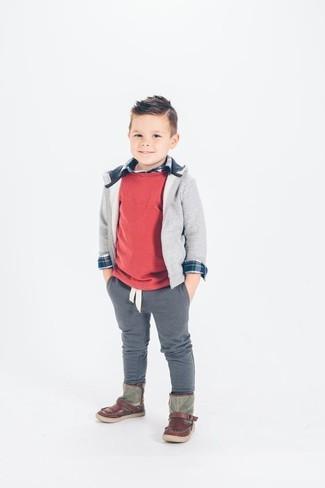 Cómo combinar: pantalones grises, camisa de manga larga azul marino, sudadera con capucha gris, jersey rojo