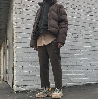 Cómo combinar: pantalón chino en gris oscuro, camisa de manga larga marrón claro, sudadera con capucha negra, plumífero en marrón oscuro