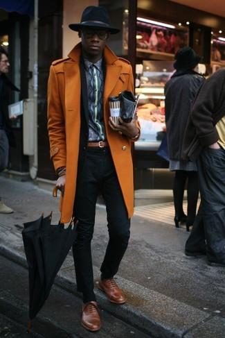 Cómo combinar: zapatos oxford de cuero marrónes, camisa de manga larga estampada en gris oscuro, traje negro, abrigo largo naranja