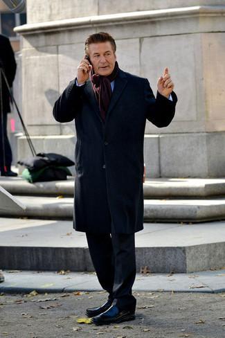 Cómo combinar: mocasín de cuero negro, camisa de manga larga celeste, traje negro, abrigo largo azul marino