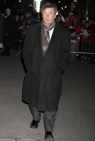 Cómo combinar: mocasín de cuero negro, camisa de manga larga blanca, traje gris, abrigo largo negro