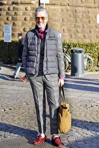 Cómo combinar: mocasín de cuero rojo, camisa de manga larga rosa, traje de tartán gris, chaleco de abrigo acolchado gris