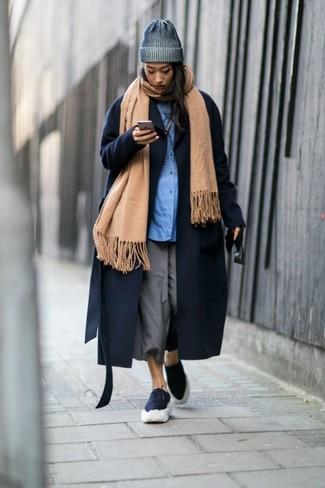 Cómo combinar: falda pantalón gris, camisa de vestir azul, abrigo azul marino, chal marrón claro