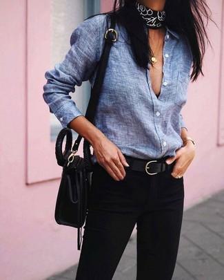 Considera ponerse una camisa de vestir de cambray azul y una bandana negra para acaparar la atención.