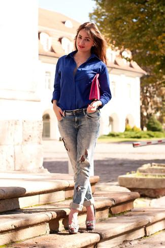 Para seguir las tendencias usa una camisa de vestir azul y unos vaqueros boyfriend desgastados azul marino. Zapatos de tacón de cuero grises levantan al instante cualquier look simple.