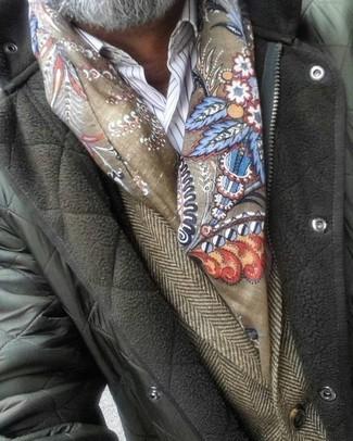Cómo combinar: bufanda estampada verde oliva, camisa de vestir de rayas verticales blanca, blazer de lana de espiguilla marrón, chaqueta con cuello y botones acolchada verde oliva