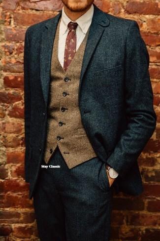 Cómo combinar: corbata con print de flores burdeos, camisa de vestir blanca, chaleco de vestir de lana marrón, traje de lana verde oscuro