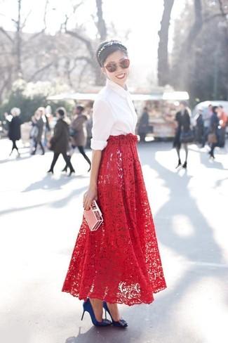 Una camisa de vestir blanca y una falda larga de encaje roja son el combo perfecto para llamar la atención por una buena razón. Zapatos de tacón de satén con adornos azules son una opción inigualable para complementar tu atuendo.