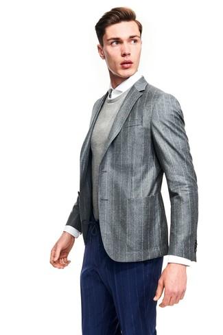 Look de moda: Pantalón de vestir de rayas verticales azul marino, Camisa de vestir blanca, Jersey con cuello circular gris, Blazer de rayas verticales gris