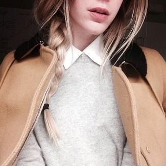Cómo combinar: camisa de vestir blanca, jersey con cuello circular gris, chaquetón marrón claro