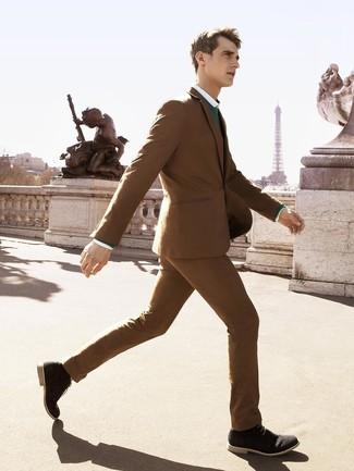 Cómo combinar: botas safari de ante negras, camisa de vestir blanca, jersey con cuello circular verde, traje marrón