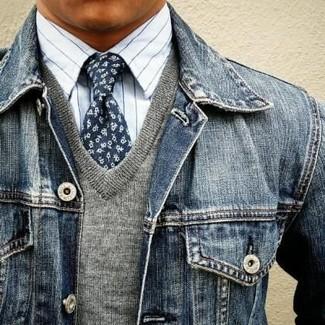 Cómo combinar: corbata con print de flores azul marino, camisa de vestir de rayas verticales blanca, jersey de pico gris, chaqueta vaquera azul marino