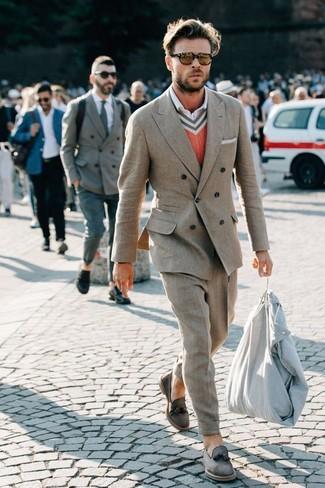 Cómo combinar: mocasín con borlas de ante gris, camisa de vestir blanca, jersey de pico naranja, traje gris
