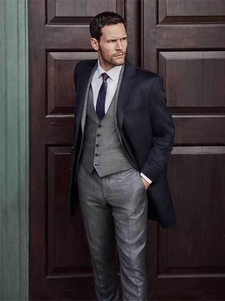 Cómo combinar: corbata en rojo y azul marino, camisa de vestir blanca, traje de tres piezas gris, abrigo largo negro