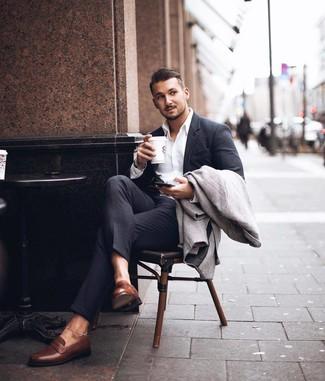Cómo combinar: mocasín de cuero marrón, camisa de vestir blanca, traje en gris oscuro, abrigo largo de espiguilla gris