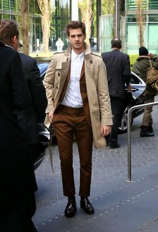 Cómo combinar: zapatos oxford de cuero en marrón oscuro, camisa de vestir blanca, traje marrón, gabardina en beige