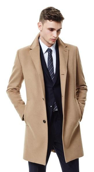 Cómo combinar: corbata de rayas verticales en gris oscuro, camisa de vestir blanca, traje de rayas verticales negro, abrigo largo marrón claro