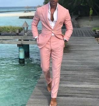 Cómo combinar: camisa de vestir blanca, traje rosado