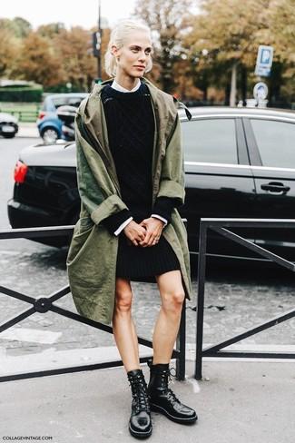 Combinar un vestido jersey negro: Ponte un vestido jersey negro y una gabardina verde oliva para crear un estilo informal elegante. Si no quieres vestir totalmente formal, complementa tu atuendo con botas planas con cordones de cuero negras.
