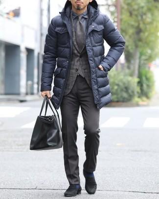 Cómo combinar: pantalón de vestir en marrón oscuro, camisa de vestir azul marino, blazer de tartán en marrón oscuro, abrigo de plumón negro