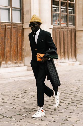 Combinar un abrigo de plumón: Para un atuendo que esté lleno de caracter y personalidad elige un abrigo de plumón y un pantalón chino negro. Si no quieres vestir totalmente formal, opta por un par de zapatillas altas de lona estampadas en blanco y negro.