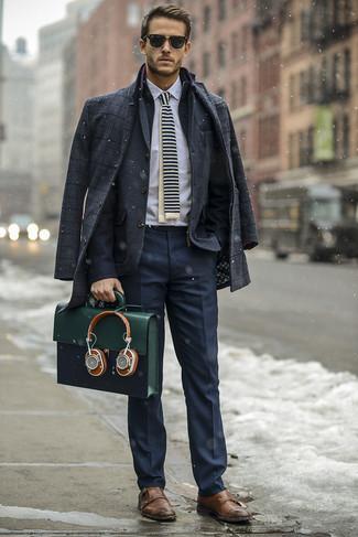 Combinar un portafolio de cuero verde oliva: Un abrigo largo de tartán en gris oscuro y un portafolio de cuero verde oliva son una opción estupenda para el fin de semana. Con el calzado, sé más clásico y elige un par de zapatos con doble hebilla de cuero marrónes.