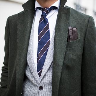 Cómo combinar: corbata de rayas horizontales azul marino, camisa de vestir blanca, blazer de rayas verticales gris, abrigo largo verde oscuro