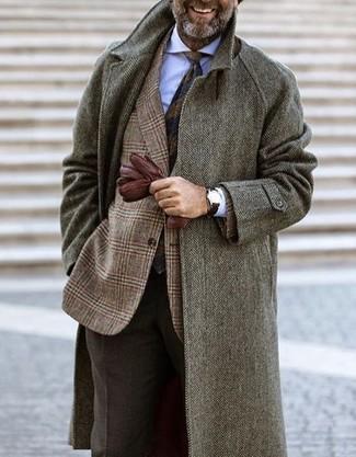 Cómo combinar: pantalón de vestir de lana en marrón oscuro, camisa de vestir blanca, blazer de lana de tartán marrón, abrigo largo de espiguilla gris