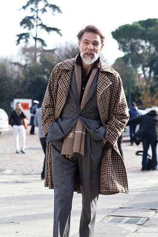 Combinar un blazer en gris oscuro en clima frío: Luce lo mejor que puedas en un blazer en gris oscuro y un pantalón de vestir en gris oscuro.
