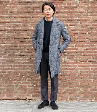 Cómo combinar: camiseta con cuello circular negra, camisa de vestir gris, blazer de lana en gris oscuro, abrigo largo gris